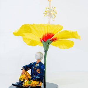 インカ・ショニバレCBE 《ハイビスカスの下に座る少年》 2015年 Yinka Shonibare CBE Studio, London Pearl Lam Galleries, Hong Kong, Singapore and Shanghai Photo Thomas Liu