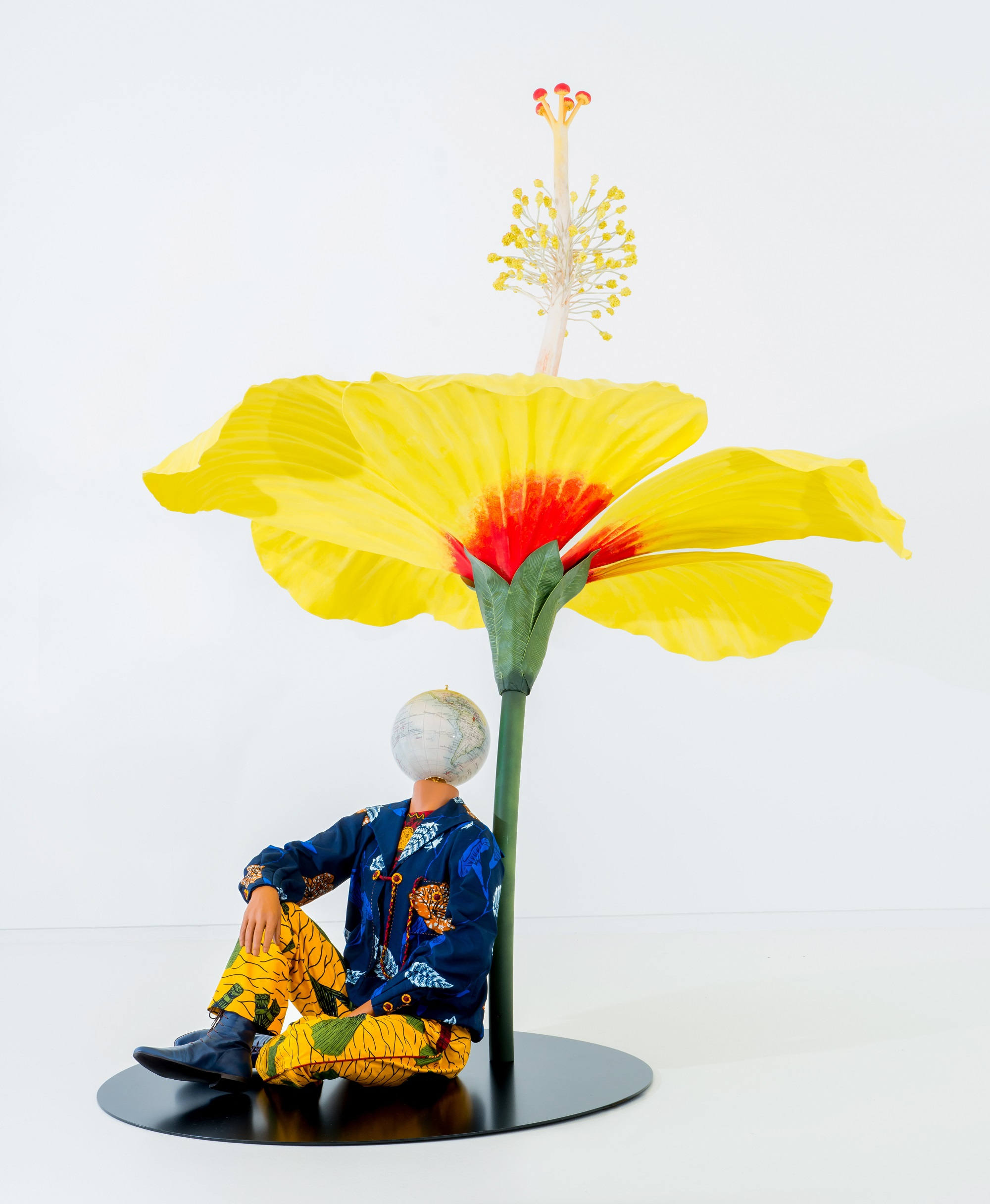 インカ・ショニバレCBE 《ハイビスカスの下に座る少年》 2015年 Yinka Shonibare CBE Studio, London Pearl Lam Galleries, Hong Kong, Singapore and Shanghai Photo Thomas Liu