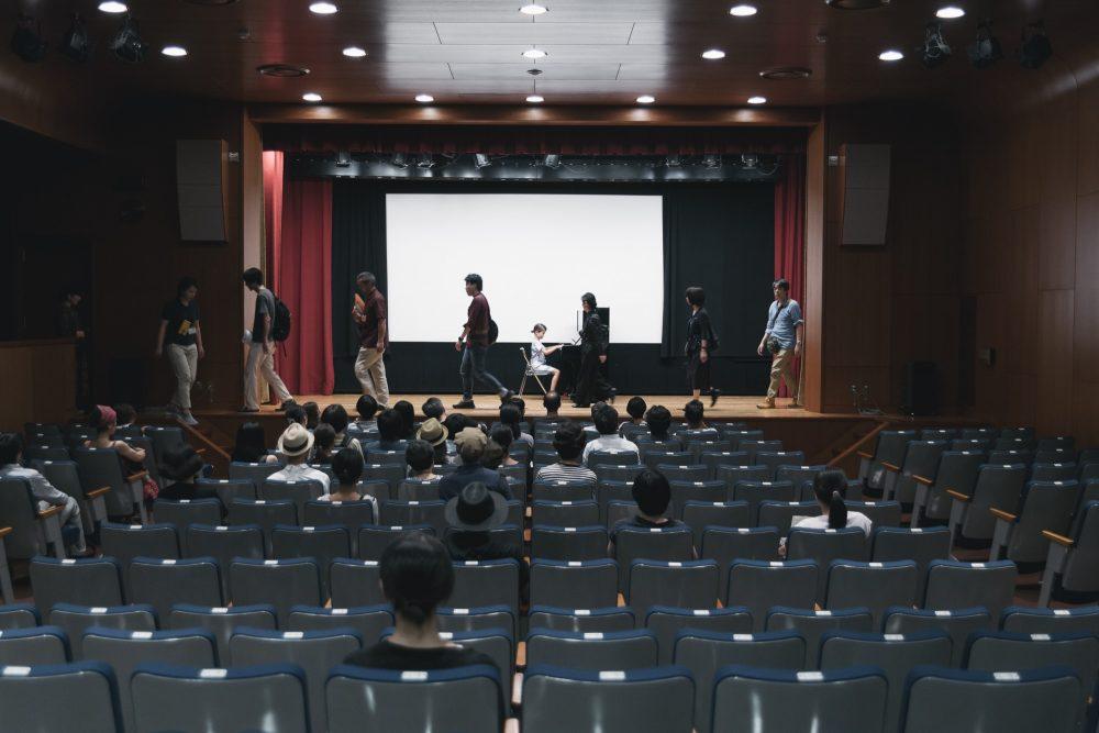 梅田哲也「歴史する!Doing history!」展(2016年8月開催)でのパフォーマンスの様子  photo: 山中慎太郎(Qsyum!)
